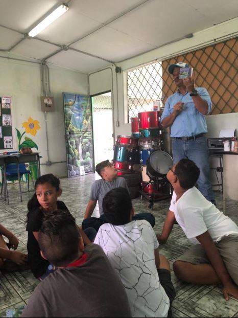 Se continúa con el Programa de Educación Ambiental, para lo cual el día viernes 19 de julio, se coordina con instituciones como UNED y Sinac ACHN Puerto Viejo como es nuestra forma de trabajo y poder llevar el mensaje en forma integral. En este caso se realiza la visita a la Escuela Cubujuquí en Horquetas y se comparte un taller sobre Ecosistema de Humedales, enfatizando la importancia de estos en nuestro diario vivir y en especial ser proveedores del Recurso Hídrico que disfrutamos en forma cotidiana. También se realiza una actividad muy gustada por los niños y niñas como lo es Pintacaritas, aporte importantísimo realizado por estudiantes de UNED Sarapiquí. Seguimos aportando nuestro granito de arena en la Educación Ambiental en Sarapiquí. Gracias por permitirnos ser parte de ese fin.